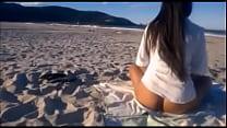 Morena pelada na praia