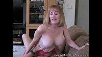 Она показывает свое молодое тело видео