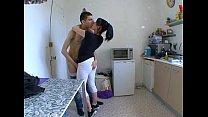 ma femme surprise a baiser dans sa cuisine