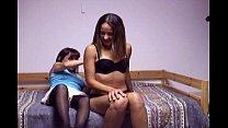 Moeder neukt haar dochter met een dubbele dildo
