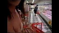 Asiatica cachonda exhibiendose en centro comercial