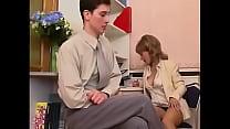 Rijpe secretaresse laat zich neuken op kantoor door haar baas