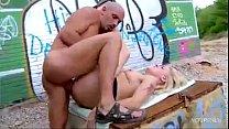 Секс парень лижет двум девушкам жопы