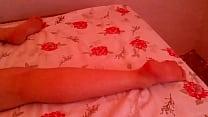 Branquinha bunduda se exibindo bundao e pezinhos dormindo