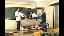นักเรียนหนุ่มสาวในห้องเรียนแอบทำอะไรที่เสียวๆในห้องเรียนกัน