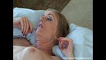 Видео он ласкает ее киску