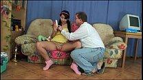 Vader neukt het harige kutje van zijn tiener dochter