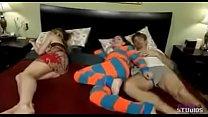 Se folla a su hija mientras duerme su esposa (incesto)dormida (folla asu papá)