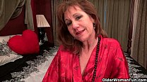 American milf Tracy gives her pantyhosed pussy ...