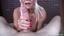 Мама показывает сыну свое тело порно