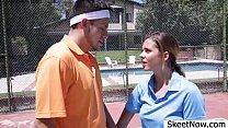 Esta profesora de tenis es toda una puta y me agarra la verga en medio de la pista