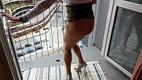 salope sur son balcon