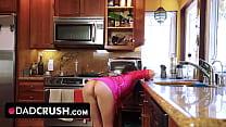 La putita de la hija le enseña el culo en la cocina para que se saque la verga y se la coja bien duro