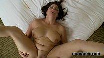 Brunette milf krijgt een facial als haar zoon zijn sperma spuit