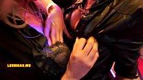 Видео как мужчина ласкает и целует шикарную грудь