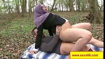 une maigrichonne bien salope se fait culbuter et defoncer les trous sur un canap