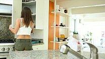 Отец трахает дочку в кухне