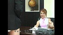 เจ้านายสาว เอาลูกน้องชายมาเลียหีของเธอให้ใต้โต๊ะทำงาน
