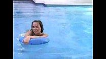 Putinha dando a xota na piscina - www.tvbuceta.com