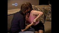 Vader neukt zijn eigen dochter op de bank als moeder weg is
