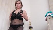 Hot mom changes her bra (huge tits!!!)