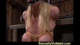 Tarado torturando a loira gostosa