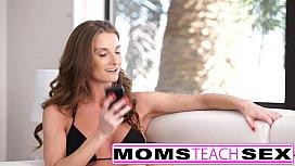 Μαμά και κόρη τσιμπουκώνουν και γαμάνε τον ίδιο πούτσο σε τριο