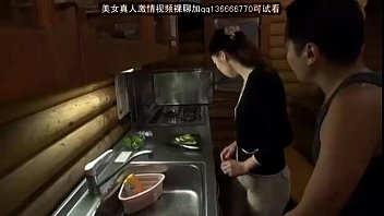 キッチンで妻にイタズラしてセックス