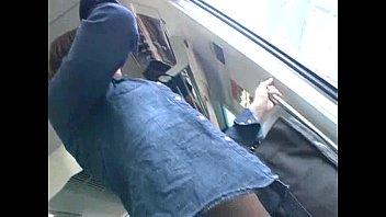 走行中の電車内でエロい体したギャルが痴漢にレイプされてる