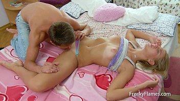 Chupando gostoso a prima novinha antes de comer sua buceta