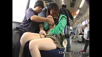 巨乳娘の隣に座って無理やりチ○ポをしゃぶらせる痴漢行為|イクイクXVIDEOS日本人無料エロ動画まとめ