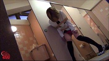トイレに入ろうとしたギャルを紐とガムテで身動きとれなくして楽しむ放置プレイ!その場でおもらし・・【SM無料動画】