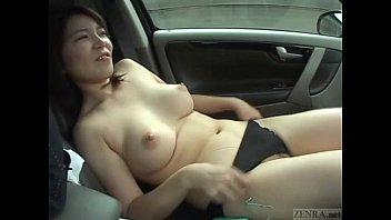 巨乳ちゃん、車の中からオナニー開始!ローターであそこを刺激!