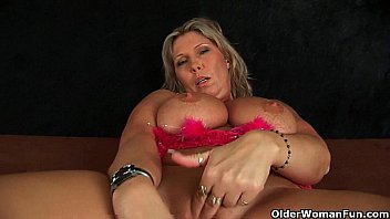 Chunky mature mom with big tits mas..