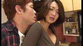 【巨乳お母さん動画】爆乳お母さんのお口の中に溜まった精子を放出させる!SEX動画