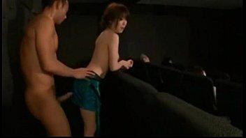 マッチョな彼氏と映画館の中でファックする変態彼女