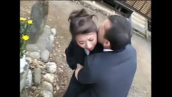 喪服を着た熟女が興奮した男に強引ディープキスされ身体を迫られる!