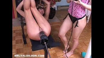 Sexo Casero Sandy pounded hard by a brutal dildo machine