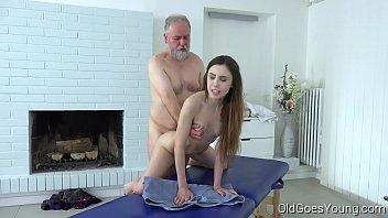 Velhote comendo a novinha massagista HD