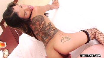 Плохая задница подросток Тайская шлюха с татуировками трахаются