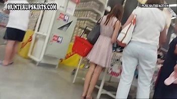 買い物中のスレンダーで美脚な白人美女を狙い撃ち!こっそり近付きミニスカ逆さ撮りパンチラ盗撮!