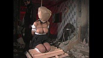 石抱の上で正座緊縛さ矢やれた小松千春が吹きスパンキングで拷問され痛みと恐怖で泣き狂う