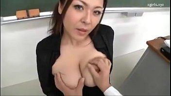 巨乳の先生と教室で服を着たままセックスをしています