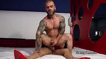 Transexual coroa comendo o cu do macho passivo
