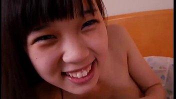 ロリ美少女がおちんちんを握りしめる!