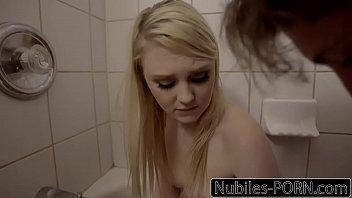 Мужик трахает блондинку в ванной