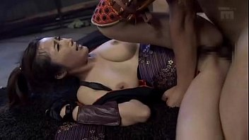 【ギャルの3P・乱交動画】3P:JULIA くノ一コスプレしたジュリア嬢が前後からペニスで挟まれて厭らしいアエギ声を発し絶頂3P