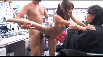 【エッチ動画】事務所の中で大勢の男性に囲まれ性暴行される激カワ美女