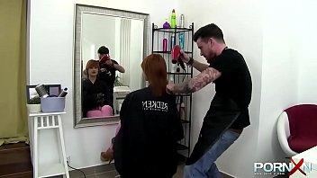 Pelirroja cachonda se va a cortar el pelo y acaba en...