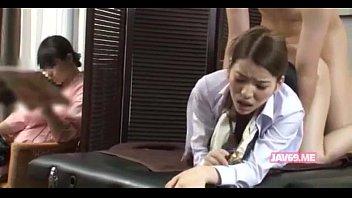 妻の横で衝立を隔ててマッサージ嬢にバックから挿入する夫